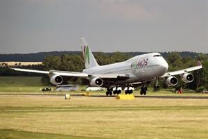 Erstmals landete heute ein ziviler Jumbo-Jet (Boeing 747) auf dem Flughafen Rostock-Laage