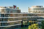 Aida Kussmund grüßt Rostock vom Dach des Aida Home
