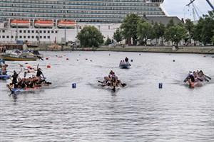 """Die Rostocker Seebären (links) gewinnen das A-Finale des Drachenbootfestivals 2016 in Warnemünde vor den Teams """"de Zuariner"""" (Mitte) und """"Pneumant Dragon"""" (rechts)"""