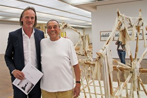 """Jörg-Uwe Neumann (li.) und Günther Uecker vor dem """"Gerät auf Wörtern"""" in der Kunsthalle Rostock"""
