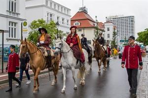 De Niege Ümgang 2016 in Warnemünde - Der dänische König mit Mätresse und Gefolge