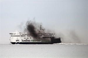 """Die Scandlines-Hybridfähre """"Berlin"""" ist in eine Rußwolke gehüllt - die Reederei verspricht schnelle Abhilfe"""