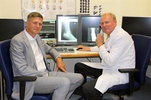 Dr. Jens Tülsner (Aida) und Prof. Dr. Karlheinz Hauenstein (Unimedizin) arbeiten künftig eng zusammen (Foto: Unimedizin Rostock)