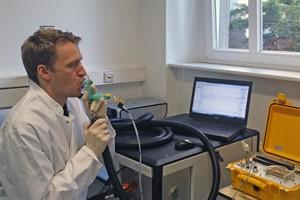 Dr. Phillip Trefz demonstriert die Atemgasanalytik am Universitätsklinikum Rostock