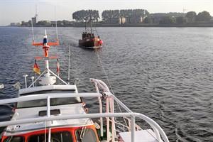 """Mit dem Seenotrettungskreuzer """"Arkona"""" der DGzRS schleppen die Seenotretter aus Warnemünde den manövrierunfähigen Angelkutter """"Seeadler"""" sicher in den Hafen. (Foto: DGzRS – Die Seenotretter)"""