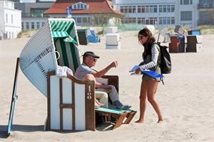 Studierende der Uni Rostock befragten rund 260 Personen am Strand von Warnemünde u.a. danach, welche mobilen Geräte oder auch welche anderen Medien sie am Strand verwenden. (Foto: Franziska Apfel)