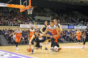 Rostock Seawolves besiegen Citybasket Recklinghausen: André Murillo (#22) und Christoph Bruns (#8) kämpfen um den Ball (Foto: Sylvia Funk)