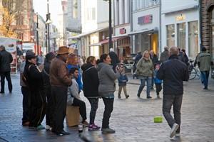 Straßenmusik in der Kröpeliner Straße. Chöre mit mehr als vier Sängern müssen jetzt um Erlaubnis fragen.