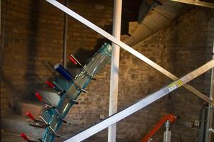 Im Warnemünder Leuchtturm werden gerade die Treppen saniert. Dem Neujahrsevent Warnemünder Turmleuchten steht dadurch aber nichts im Wege.