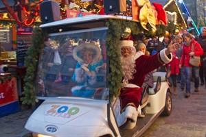 Der Weihnachtsmann kommt mit dem Elektromobil zum Rostocker Weihnachtsmarkt 2016