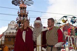 Der Rostocker Weihnachtsmann und zwei Vertreter des Historischen Weihnachtsmarktes ließen sich schon heute auf dem Neuen Markt blicken, wo der Rostocker Weihnachtsmarkt gerade aufgebaut wird.