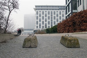 Betonsperren, wie hier an der Promenade, und zusätzliche Sicherheitskräfte sollen nach dem Terroranschlag von Berlin für Sicherheit beim Warnemünder Turmleuchten sorgen