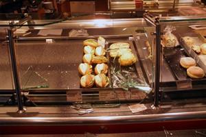 Betrunkener zerstört Auslage von Bäckerfiliale am Hauptbahnhof