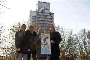 Außen die beiden Wiro-Geschäftsführer Christian Urban und Ralf Zimlich, in der Mitte Zoodirektor Udo Nagel und Künstlerin Ina Wilken vor dem riesigen Eisbärengemälde in der Südstadt
