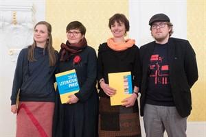 Publikumspreisträgerinnen Johanna Sailer, Marion Skepenat, Katrin Sobotha Heidelk mit Verleger Erik Münnich (Foto: Reiner Mnich)
