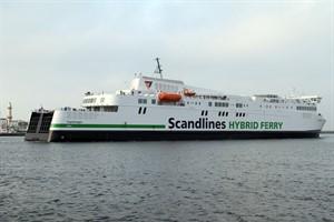 """Die neue Scandlines-Hybridfähre """"Copenhagen"""" im Seekanal von Rostock-Warnemünde"""