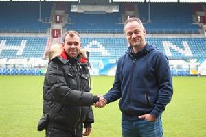 Mittelfeldspieler Amaury Bischoff (l.) und Hansa-Sportdirektor René Schneider (Foto: F.C. Hansa Rostock)