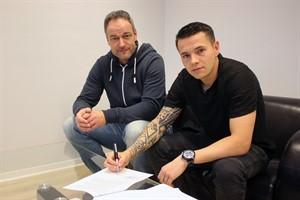 Hansa-Sportdirektor René Schneider (l.) und Winterneuzugang Christopher Quiring besiegelten heute offiziell die Zusammenarbeit (Foto: F.C. Hansa Rostock)