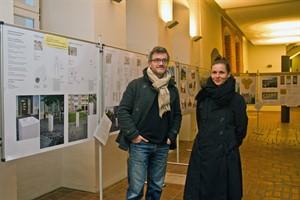 """Tim Kellner und Alexandra Lotz in der Ausstellung mit den Entwürfen zum Kunstwettbewerb """"Erinnern und Mahnen an Rostock-Lichtenhagen 1992"""""""