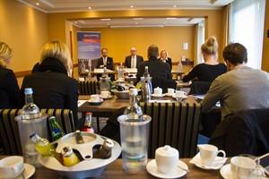 In einem Konferenzraum des Steigenberger Hotels, das zu den wichtigsten Rostocker Tagungshotels gehört, wird das Rostock Convention Bureau vorgestellt.