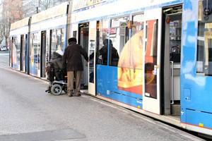 Elektrorollstühle, wie dieser, werden von der RSAG weiterhin befördert, E-Scooter werden in Bussen und Bahnen ab dem 15. Februar jedoch nicht mehr mitgenommen (Foto: Archiv)