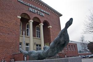 """Die Skulptur """"Badende"""" von Reinhard Dietrich vor dem Hallenschwimmbad """"Neptun"""""""