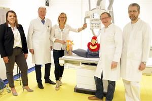 Jennifer Müller (Fujifilm, v.l.), Radiologin Dr. Christina Hauenstein sowie Radiologie-Chef Prof. Karlheinz Hauenstein mit Kinderklinik-Chef Prof. Michael Radke und Dr. Ulf Prüfer aus der Kinderchirurgie – diese fordert die meisten Röntgenuntersuchungen an. (Foto: Unimedizin Rostock)