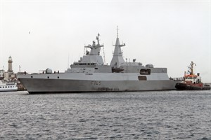 Die Fregatte SAS Amatola beim Einlaufen in Rostock-Warnemünde