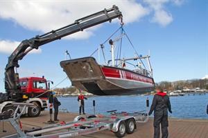 Das neue Mehrzweckboot der Feuerwehr wurde heute im Stadthafen Rostock zu Wasser gelassen