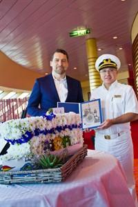 Rostock Port Geschäftsführer Jens A. Scharner überreicht AIDAdiva-Kapitän Nikos Nitschai Geschenke zum Taufjubiläum.