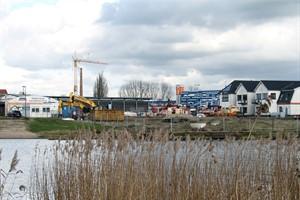 Das kontaminierte Gelände der ehemaligen Dachpappenfabrik am Ufer der Unterwarnow im Gewerbegebiet Osthafen wird saniert