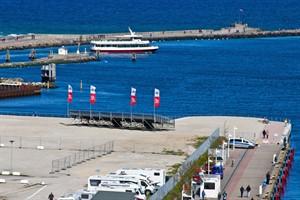 Die Wiro-Tribüne auf der Warnemünder Mittelmole bietet Platz zum Schiffe gucken