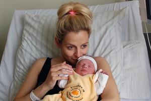 Beatrice Zimmermann mit Tochter Olivia Meta, dem 1000. Baby 2017 in der Universitätsfrauenklinik am Klinikum Südstadt Rostock (Foto: Klinikum Südstadt)