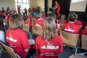 """Schülerinnen und Schüler der Nordlicht-Schule in Rostock sind ein Jahr lang die """"Klasse Seenotretter!"""". In dem Projekt der Deutschen Gesellschaft zur Rettung Schiffbrüchiger (DGzRS) beschäftigen sie sich im Unterricht mit der Arbeit der Seenotretter (Foto: DGzRS/Frank Hormann)"""