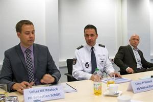 Sebastian Schütt, Michael Ebert und Rogan Liebmann stellen die polizeiliche Kriminalstatistik 2016 für Rostock vor