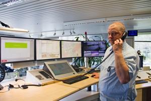 Hauptbrandmeister Roland Scheller arbeitet mit NOAS, dem neuen Notrufabfragesystem in der Rostocker Feuerwehr- und Rettungsdienstleitstelle