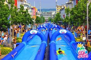 Vom 3. bis 5. Juni 2017 sorgt eine 100 Meter lange Wasserrutsche für Spaß am Strand von Warnemünde (Foto: City Slide Event GmbH)