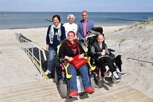Petra Kröger (Behindertenbeauftragte), Jürgen Dudek (Ortsbeiratsvorsitzender), Matthias Fromm (Tourismusdirektor), Sandy Werner und Melanie Leopold freuen sich über den neuen barrierefreien Strandaufgang im Seebad Markgrafenheide (Foto: Joachim Kloock)