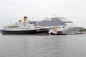 """Ex-Völkerfreundschaft-Kreuzfahrtschiff """"Astoria"""" in Warnemünde, dahinter die """"Costa Favolosa"""""""