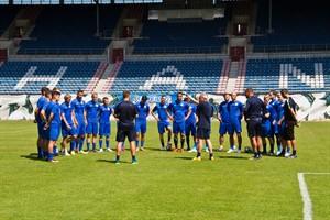 Erste Anweisungen des neuen Trainers Pavel Dotchev für die neue Mannschaft des FC Hansa Rostock beim Auftakttraining im Ostseestadion