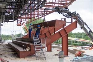 Stahlträger für die neuen Sitze in der Stadthalle werden montiert.