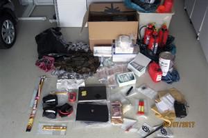 Präzisionszwillen, Wurfmesser, Baseballschläger, Schlagringe, ein Teleskopschlagstock und diverse Chemikalien wurden bei Dursuchungen im Vorfeld des G20-Gipfels gefunden