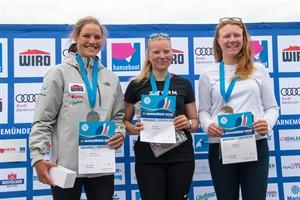 Zwei Teamkameradinnen standen mit Hannah Anderssohn (l.) und Pia Kuhlmann (r.) auf dem Treppchen der Laser Radial - den Sieg holte Anne-Marie Rindom aus Dänemark (Foto: Pepe Hartmann)