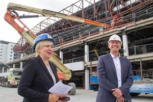 Stadthallenchefin Petra Burmeister und Architekt Torsten Ruwoldt