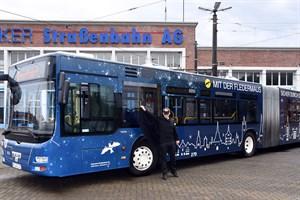 Ein neuer Fledermaus-Bus der RSAG für alle Nachtschwärmer, Schichtarbeiter und Frühaufsteher – Busfahrer Michael Reitz auf Jungfernfahrt (Foto: Joachim Kloock)