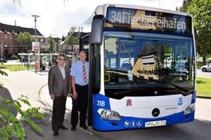 RSAG-Vorstand Jan Bleis (links) übergibt den neuen Bus an Fahrer Carsten Lüder, der am heutigen Tag damit auf der Linie 34 zwischen Holbeinplatz und Fischereihafen unterwegs ist (Foto: Joachim Kloock)