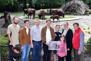 Die kleine Willow ist schon munter im Gehege unterwegs. Sie tauften die Kleine auf den Namen Willow: Tierpfleger David Kruschke (li.), Tierpate Holger Stein (3.v.li.) mit seinen Söhnen Jannick (19, 2.v.li.) und Marwin (18) sowie die Namensgeber Madeleine Schmidt (2.v.re.) mit ihren Kindern Amy (6) und Gary (12) sowie Zoo-Marketingchef René Gottschalk (re.) (Foto: Joachim Kloock)