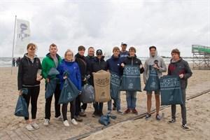 Zigarettenkippen, Verpackungsreste und Überbleibsel von Feuerwerkskörpern fanden die Sammler im Strandsand von Warnemünde