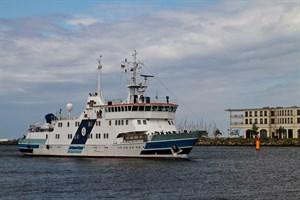 Das polnische Forschungsschiff Horyzont II läuft in Warnemünde ein.