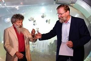 Zoodirektor Udo Nagel (re.) und IOW-Direktor Prof. Ulrich Bathmann vereinbarten am Montag eine Zusammenarbeit in der Quallenforschung. Symbolisch überreichte der Zoodirektor eine Glasqualle. (Foto: Joachim Kloock)